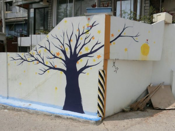 鷹峰山壁画通り