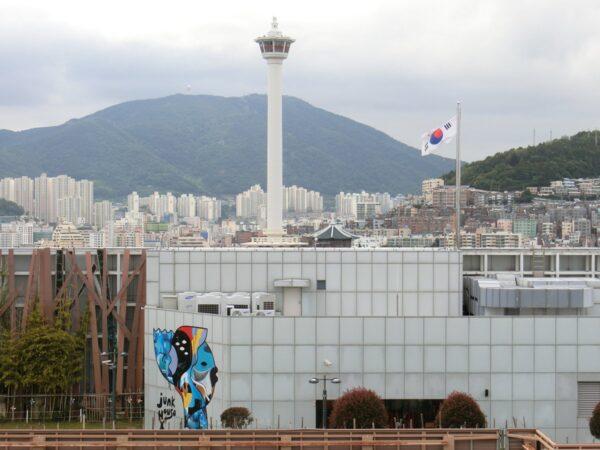 ロッテ百貨店光復店屋上から見たロッテタワー