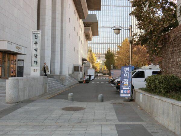 世宗文化会館北側の通路