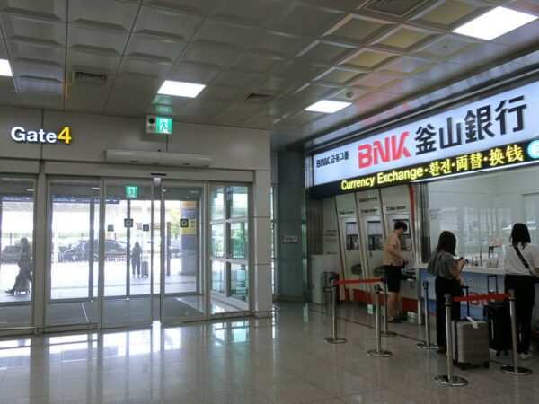 釜山空港1階Gate 4前