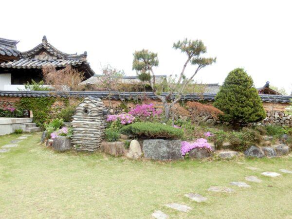 介坪韓屋マウルのソルソンジュ文化館の庭