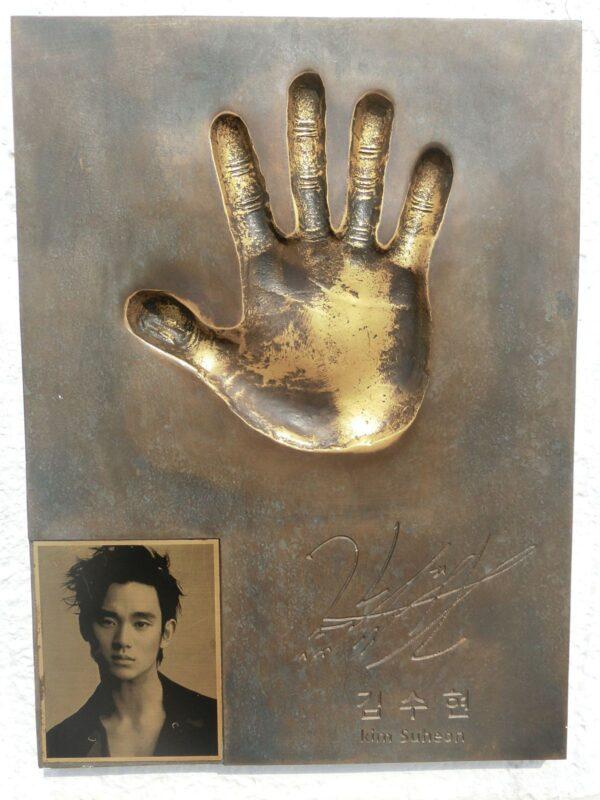 海雲台映画通りにあるキム・スヒョンの手形
