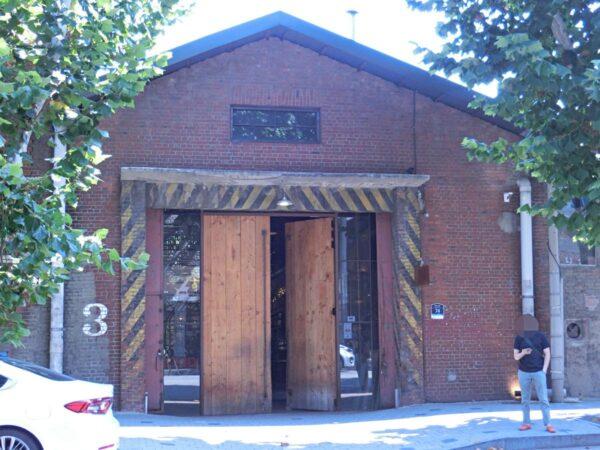 聖水にあるカフェ「大林倉庫ギャラリーコラム」の入口