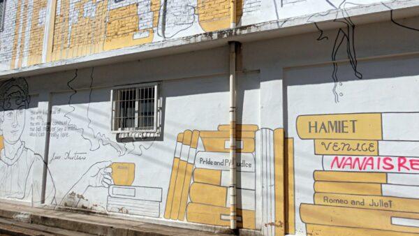 聖水カフェ通り近くの壁画